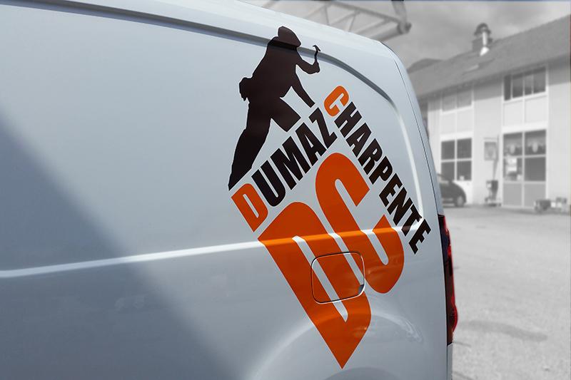 Pose d'un logo adhésif sur arrière véhicule