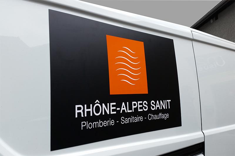 Logo adhésif noir mat, le blanc et l'orange en brillant